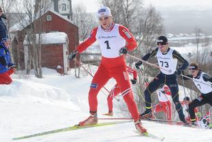 Martin Johnsrud Sundby leder an i feltet i NM på Røros i fjor. Foto: Arne Brunes