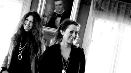 Camilla Granlien og Kristine Sevaldsen på Aulestad (Foto: Paal Audestad)