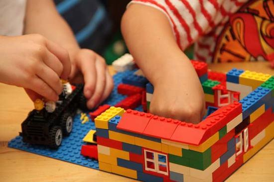 Barn leker med Lego-klosser