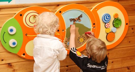 To barn leker.