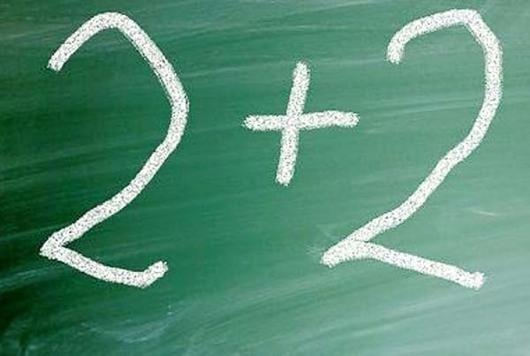Tavle som det står skrevet 2+2 på