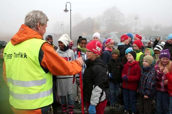 Illustrasjonsbilde - Ivar Ringen fra Trygg Trafikk og mange barn