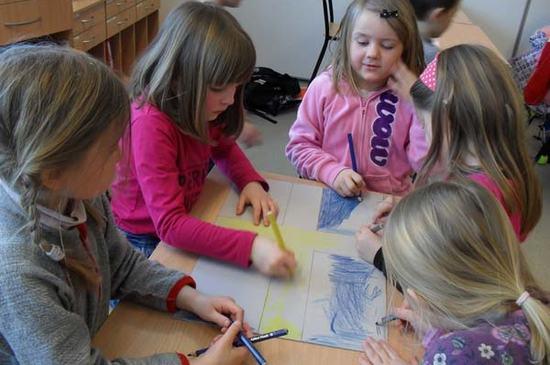 Barn sitter og tegner