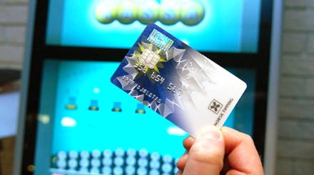 Bilder av nytt spillekort foran multix terminal