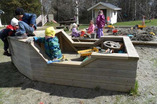 Barn leker i sandkasser