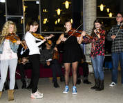 Ola Mosafinn minnekonsert Voss spelemannslag hardingfele konsert biblioteket kulturhus. Ungdomsgruppa Tiril, Hege, Ingeborg, Kjersti, Brynjar