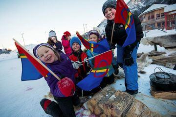 Barn med flagg