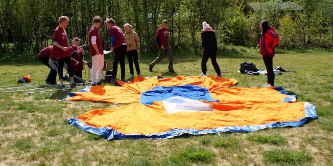 Samarbeid om å sette opp et telt