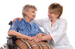 Helsearbeider med eldre dame