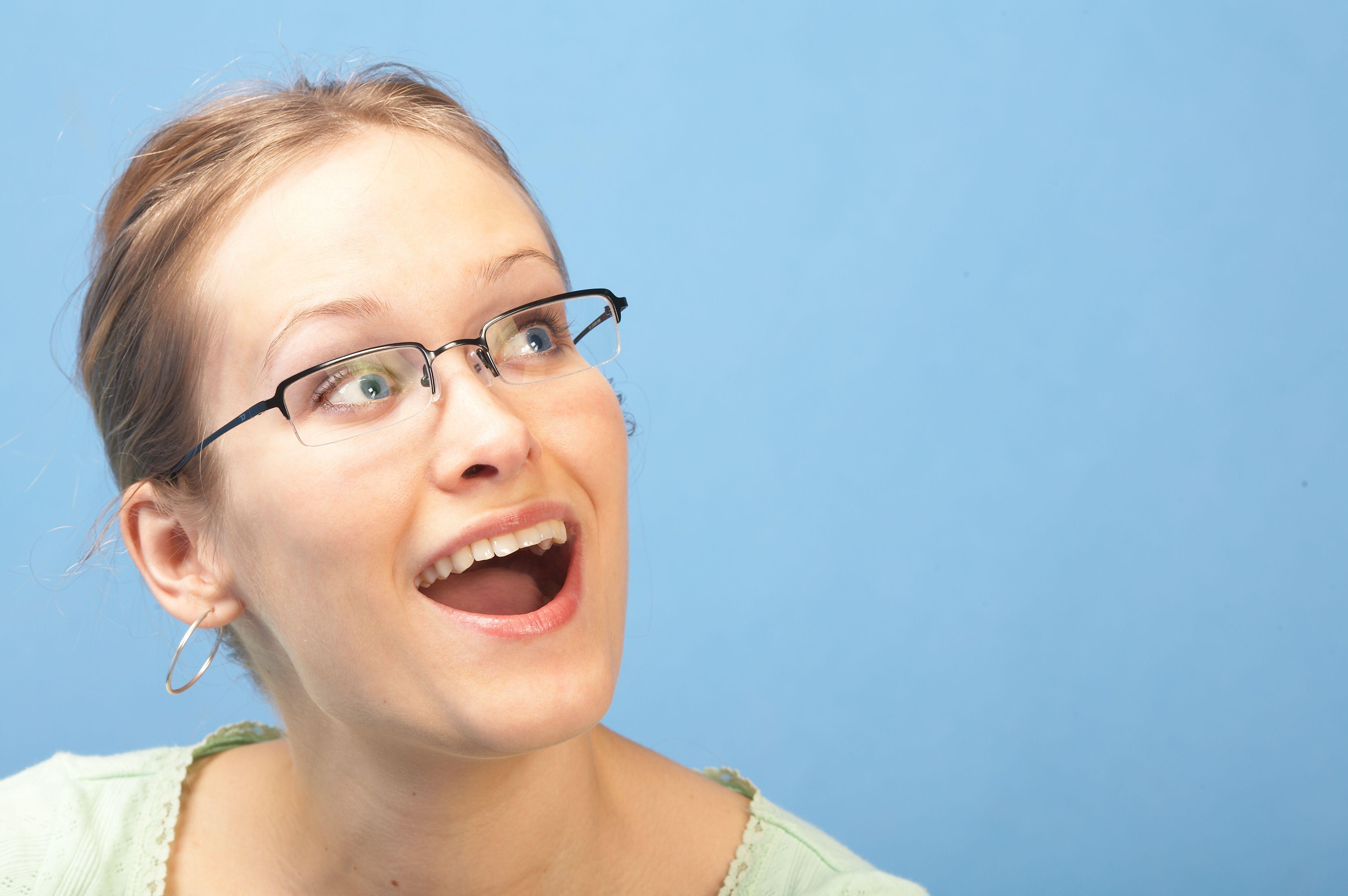 Glad, ung kvinne.jpg