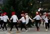 Nissejentene går rundt juletreet på Borggarden