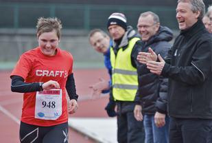 Cecilie Landro under Bergen Ultra 2014 der hun blir heiet på av entusiastiske tilskuere (foto: Jørgen Pettersen).