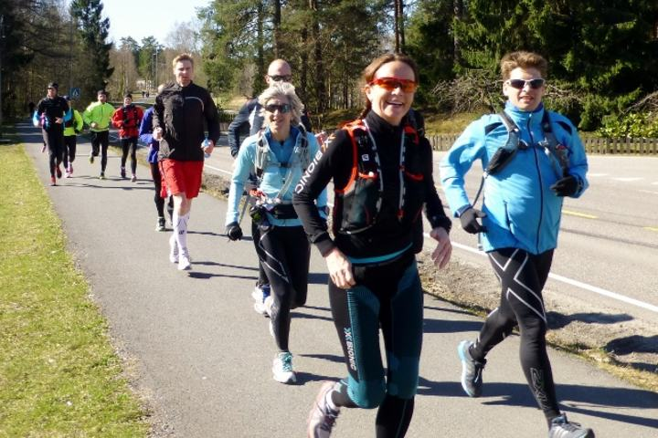 Monica Strand var en av mange smilende løpere i PåskeHareMaraton 2014, i strålende påskevær (foto: Olav Engen)
