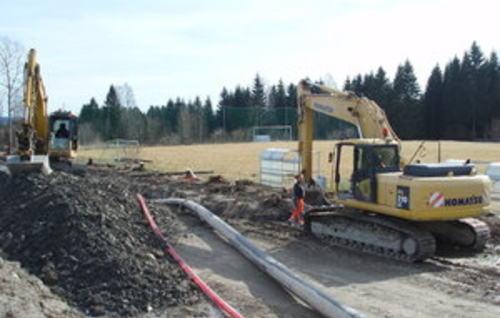 Gravemaskin og vannledning ved Åsvang