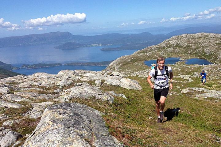 Vinnaren_Erlend_Drivenes_med_Hardangerfjorden_bak