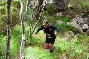 Ole Nilsen balanserer mellom gress og stein i Lysefjorden Inn 2014 (foto: Stig Pedersen).