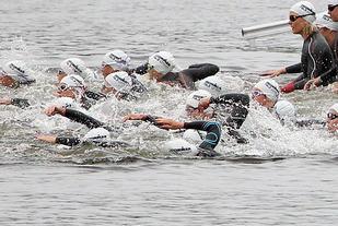 I Skeisvatnet: De første svømmetakene tas i morgen tidlig kl. 08.00. (Foto: Kjell Vigestad)