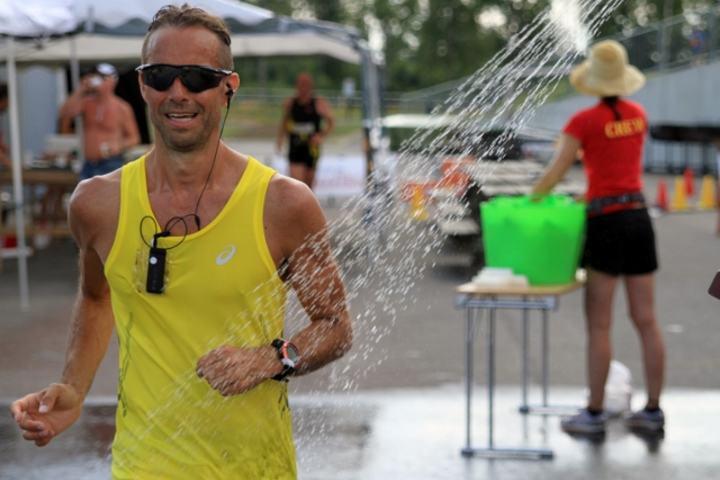 Joar Flynn Jensen under NM 24-timers (Romerike Ultrafestival) i 2014, der det også var gresk varme (foto: Olav Engen).