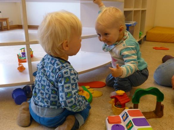 Små barn i leik ved Barnas Hus