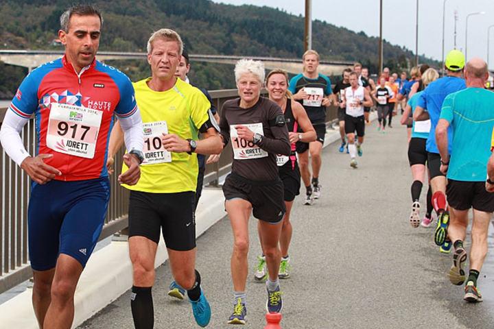 Mot vending: Løperne løper på Nordhordlandsbroa er Norges nest lengste bro. Løperne vender ved enden av flytedelen av broa og ser da Hagelsundbroa, som er den neste de skal passere. Totalt er det tre store broer som skal passeres to ganger hver. (Foto: Kjell Vigestad)