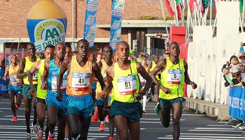 Afrikanere_ut_fra_stadion_A20G1317