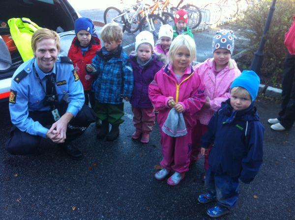 Politibetjent Kristoffer Skavås med barnehagebarn