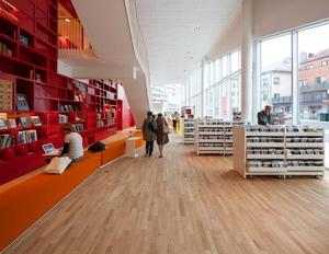 biblioteket_1etasje_plassen_avis_benk_skranke _komp_300x232.jpg