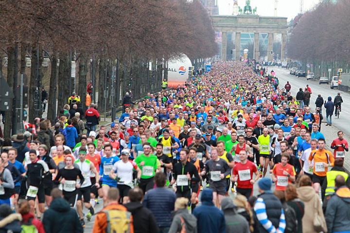 Deltakerrekord: 24 000 fullførte halvmaraton i Berlin. Her fyller løperne strekningen på 1,5 km mellom Siegessäule og Brandenburger Tor. (Foto: Kjell Vigestad)