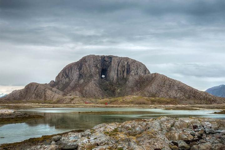 Hel- og halvmaratonløperne får løpe rundt det karakteristiske fjellet med hull i. (Foto: arrangøren)