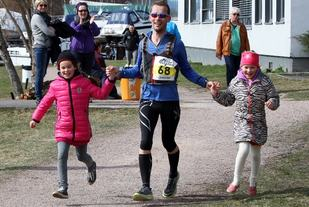 Påskemaratonm i Drammen markerer slutten av påsken, og når det arrangeres for 12. gang 2. påskedag innledes løpssesongen for alvor. På bildet går Even Nedberg i mål sammen med sine døtre i Påskemaraton 2015. Foto: Anita Øy
