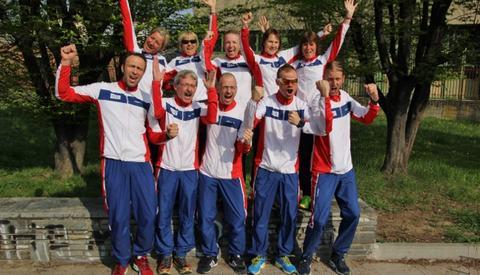 De norske løperne er framme i Torino og gleder seg til start. Bak fra venstre ser vi Cecilie, Ninette, Therese, Hilde og Edna. Foan ser vi Hans Edgard, Lars, Peter, Bjørn Tore og Gjermund (foto: Johan Percy Holmgren).