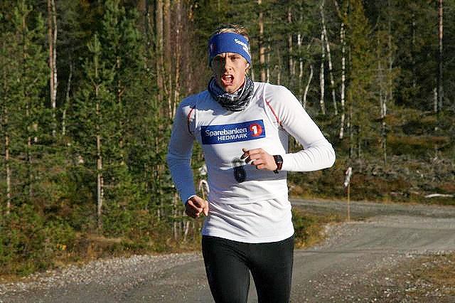 Espen Rusten på veg til seier i Digeråsen Opp hjemme på Rena i fjor høst. (Foto: Rena IL)
