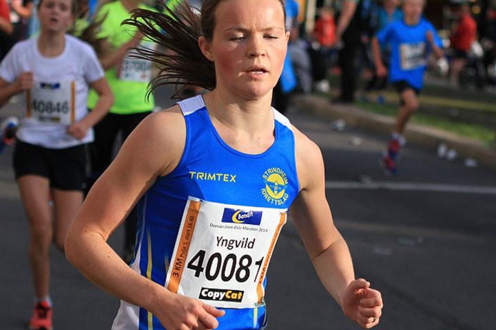 Yngvild Elvemo, Strindheim ble nr.3 i Sentrumssprinten ifjor etter Ingvill Måkestad og Martine Eikemo Bergh, ingen av disse to stiller til start i år. Yngvild er derimot klar. Her ser vi henne   løpe  3km i Oslo Maraton i 2013 hvor hun ble nr.4. Foto: Kjell Vigestad