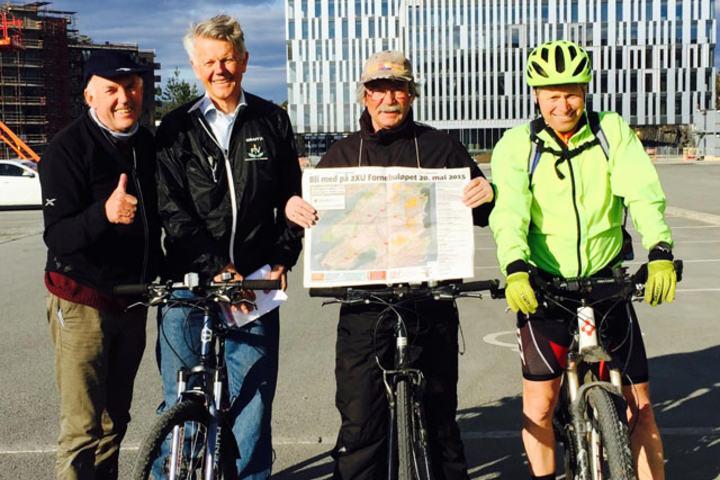 Løpssjef Odd Grønli helt til venstre og løypemåler VIdar Dvergedal på sykkel