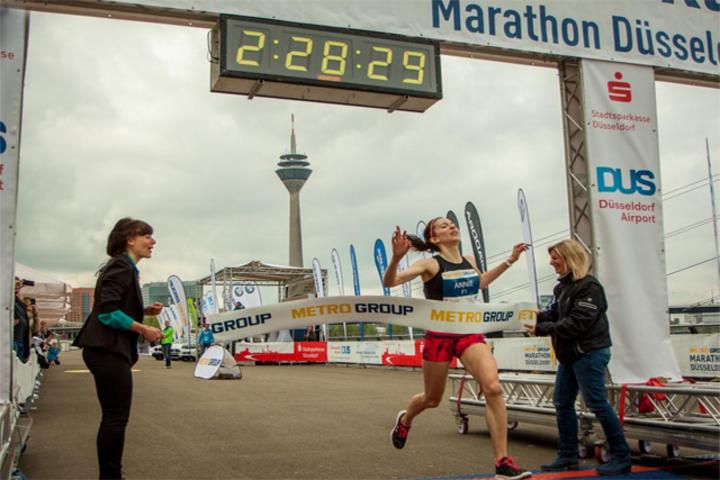 Annie Bersagel vinner Dusseldorf Marathon. Foto: Twittervinnerbilde fra arrangøren