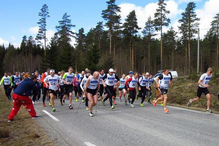 Lars Olaof Gävert og Espen Rusten (helt til høyre) tok kommandoen fra start i den 34. Finsrudmarsjen. (Arrangørfoto)