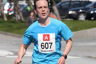 Tore Stakkevold i mål som helt suveren vinner på halvmaratondistansen.