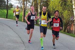 Dei fire i tetgruppa som skilde seg tidleg ut i Undheimsløpet fredag kveld (frå høgre): Simen Bergset, Svein Ove Risa, Narve Gilje Norås og Jarle Risa.