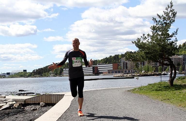 Erik Sjöqvist, Svensenga SK utklasset konkurrentene med over 7 minutter. Her skriker han mens han slår ut med hendene- Er jeg på rett vei?? Og det var han på dette tidspunktet på Sollerudstranda etter 8km.