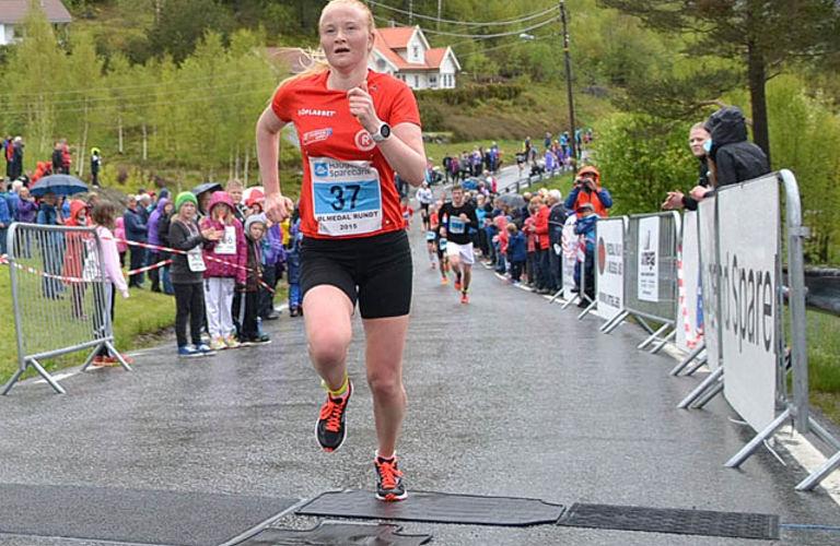 Kjersti Fresvik vinner kvinneklassen i årets Ølmedalen Rundt. Foto: Einar Søndeland