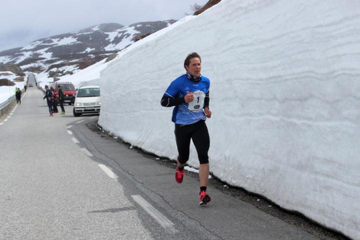 Maratonvinner Bjøro Nevland i hvite omgivelser i lørdagens Suleskar Maraton (Arrangørfoto).