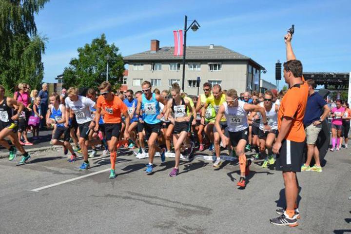 Fra starten på 10 km i 2014 med 150 løpere på startstreken på Rådhusplassen (Foto: Vegard Sandberg, Østlendingen)