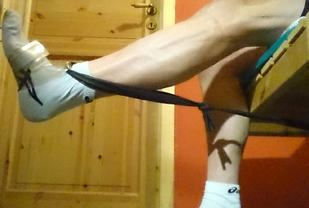 Strikk eller en gammel sykkelslange er et egnet redsakp for å styrke den indre, brede lårmuskel ved hopperkne.