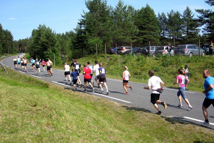 Lørdag 11. juli kan igjen løpere og mosjonister legge avgårde i samlet flokk fra Kynnbrua i Våler. (Foto: Risberget Turforening)