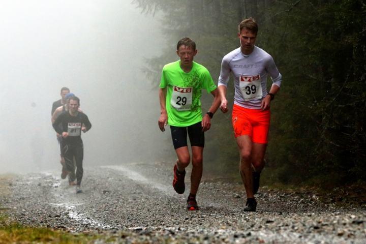 Sondre Liestøl og Lars Buraas kjemper seg oppover i rufseværet (foto: Bjørn Hytjanstorp).