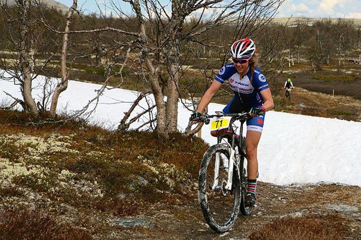 Berit Gjelten forserer en snøfonn på 3. etappe mellom Tynset og Koppang i fjor. (Foto: Norsk Folkehjelp Redningtjeneste N-Ø)