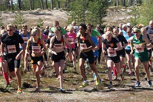 Fra starten på 10 km med vinnerne Espen Rusten (helt til venstre) og Ida Meli Narbuvoll (nr. 2 fra høyre) i første rekke. (Foto: Ola Lombnæs)