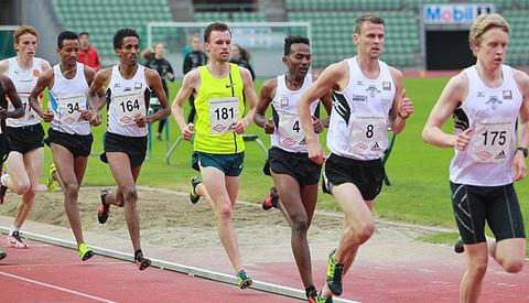 Lang rekke på 5000 m: Bak Tjalveguttene Erik Udø Pedersen og Sindre Løchting, som er harer, følger dagens vinner Awet Nftalem Kibrab og danske Thijs Nijhuis (nr. 181), som ble nr. 3. Deretter toeren i Sentrumsløpet, Okubamichael Mesfun Fissehatsion (nr. 164), som også ble nr. 2 på dagens 5000 m. Så kommer Senay Amlesom Fissehatsion som sprakk litt og ble nr. 8. Bakerst i rekka ser vi så vidt Marius Vedvik, som var en av de fire som kom seg under 14.00.