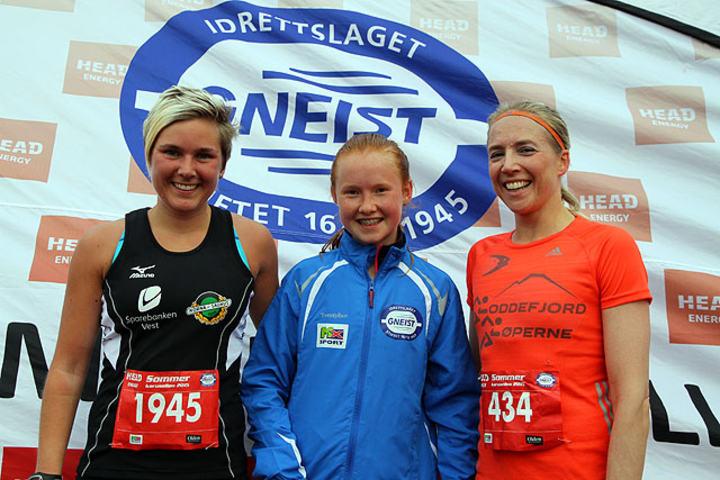 Vinner av 10km Adele Henriksen imellom Cecilie Landro og Kari Sigdestad