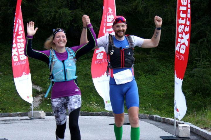 Inge Roar i mål på en 15 plass. Her avbildet sammen med sin coach og kone Tessa Bremerthun som fulgte han de siste 17km.  (Foto: Arrangøren)